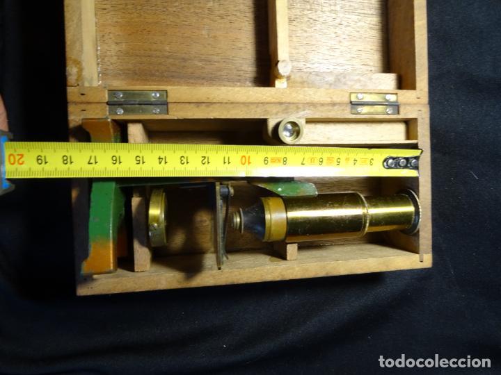 Antigüedades: Pequeño microscopio de campo en su caja, años 1900 - Foto 15 - 273938363