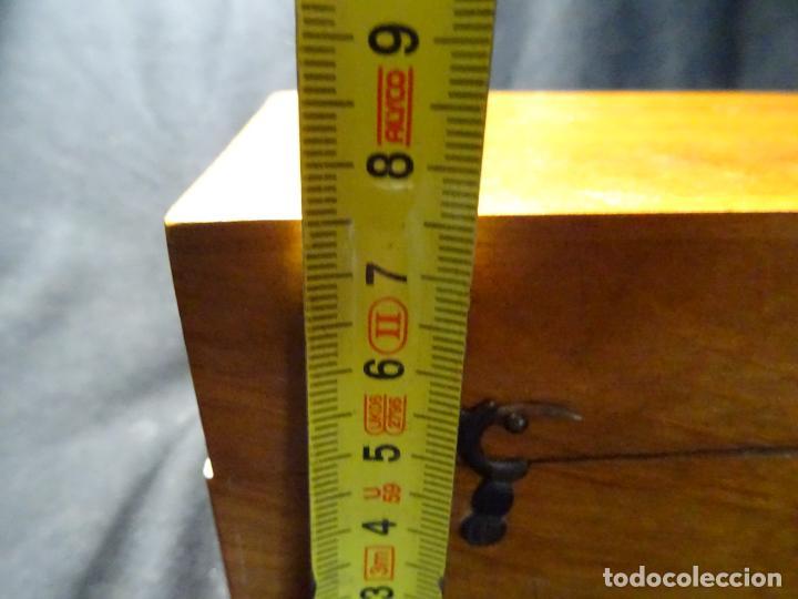 Antigüedades: Pequeño microscopio de campo en su caja, años 1900 - Foto 18 - 273938363