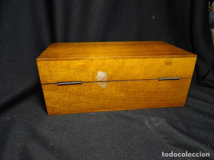 Antigüedades: Pequeño microscopio de campo en su caja, años 1900 - Foto 13 - 273938363