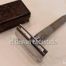 Antigüedades: ANTIGUA MAQUINILLA DE AFEITAR DESMONTABLE EN CAJA PARA VIAJE. VER FOTOS. Lote 274253413
