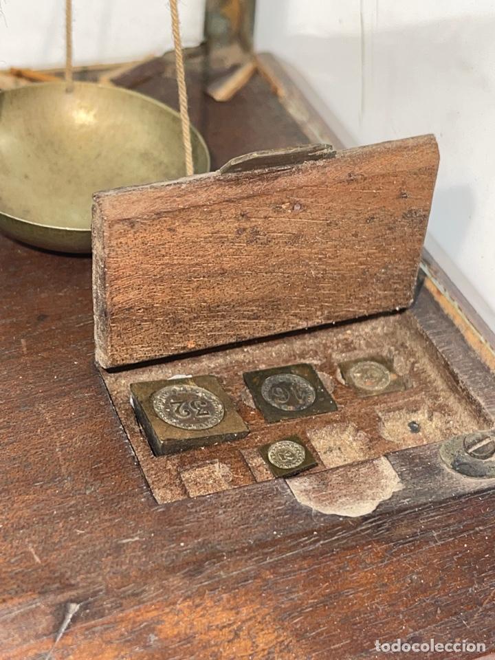 Antigüedades: BALANZA DE METAL CON PESOS Y URNA DE CRISTAL. PRINCIPIOS S.XX. - Foto 3 - 274365268