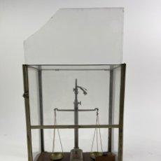 Antigüedades: BALANZA DE METAL CON PESOS Y URNA DE CRISTAL. PRINCIPIOS S.XX.. Lote 274365268