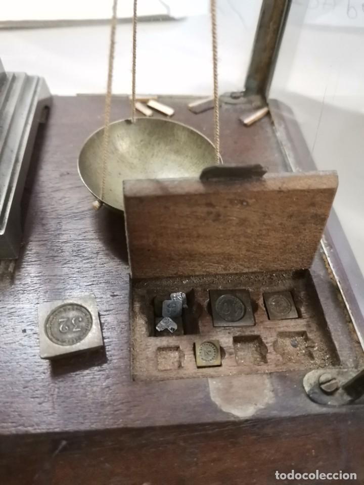 Antigüedades: BALANZA DE METAL CON PESOS Y URNA DE CRISTAL. PRINCIPIOS S.XX. - Foto 10 - 274365268