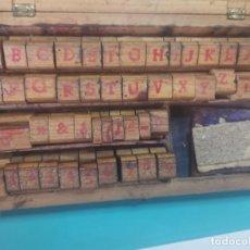 Antigüedades: 47 TAMPONES, SELLOS, LETRAS DE IMPRENTA DE MADERA Y CAUCHO.. Lote 274895538