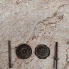 Antigüedades: PAREJA DE TIRADORES DE MESITA DE NOCHE. Lote 274919658