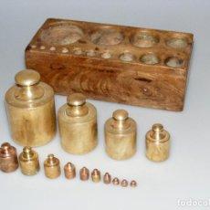 Antigüedades: GRAN JUEGO DE 14 PESAS PARA BALANZA ANTIGUA - DE 2KG. A 1 GRAMO - SOPORTE DE MADERA ORIGINAL.. Lote 274920108