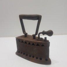 Antigüedades: ANTIGUA PLANCHA DE HIERRO PARA CARBON. Lote 275063433
