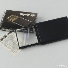 Antigüedades: VINTAGE LUPA CON LUZ MARCA MAGNIFIER LIGHT 2X CON SU CAJA ORIGINAL. Lote 275099038