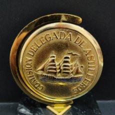 Antigüedades: ANTIGUA PLACA MEDALLON ESMALTADO ASTILLEROS ALICANTE 1974 SOBRE PEANA DE MARMOL NAVAL BOTADURA. Lote 275101433