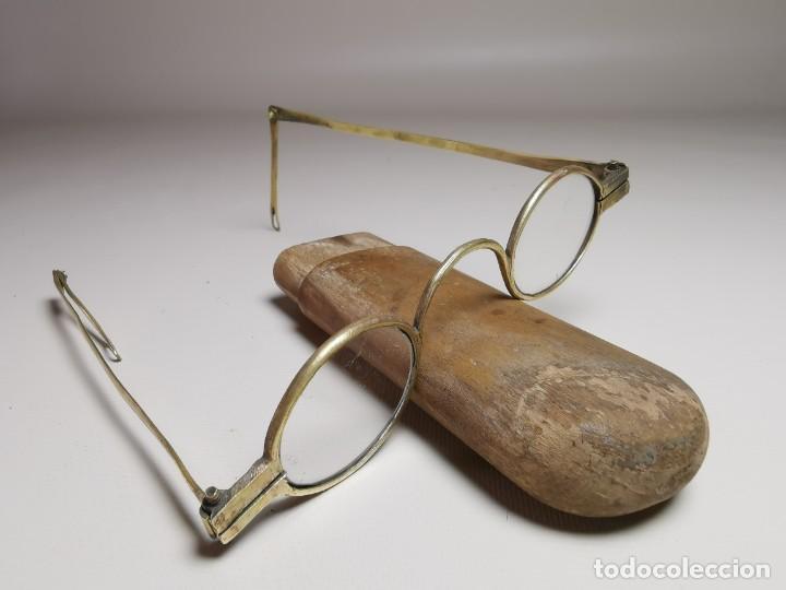 Antigüedades: ANTIGUAS GAFAS DE BRONCE CON PATILLAS ARTICULAS Y FUNDA DE MADERA SIGLO XVIII - Foto 4 - 275145968