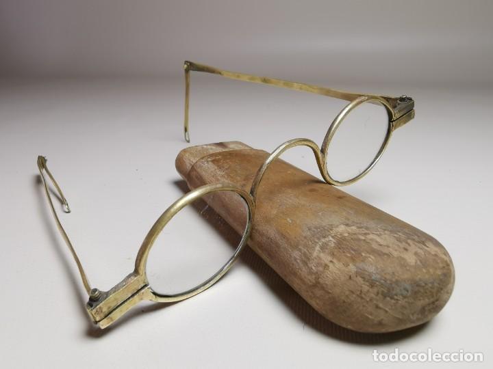 Antigüedades: ANTIGUAS GAFAS DE BRONCE CON PATILLAS ARTICULAS Y FUNDA DE MADERA SIGLO XVIII - Foto 5 - 275145968