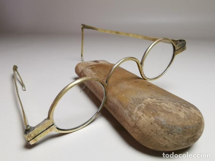 Antigüedades: ANTIGUAS GAFAS DE BRONCE CON PATILLAS ARTICULAS Y FUNDA DE MADERA SIGLO XVIII - Foto 6 - 275145968