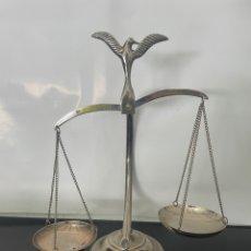 Antigüedades: BALANZA DE LA JUSTICIA, ADORNADA CON UN AGUILA. DECORACIÓN. Lote 275150223