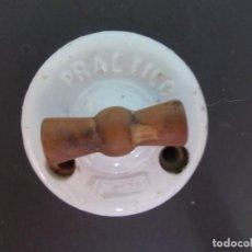 Antigüedades: INTERRUPTOR PRACTICO CON LLAVE DE MADERA. Lote 275151143