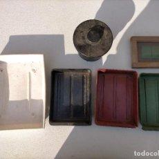 Antigüedades: ANTIGUO MATERIAL DE REVELAR FOTOGRAFÍAS, PROBETA DE CRISTAL, RECIPIENTES, MARCO Y OTROS. Lote 275168213