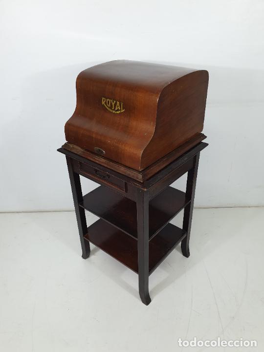 Antigüedades: Maquina de Escribir - Marca Royal - con Tapa de Madera y Mesa - Principios S. XX - Foto 5 - 275182868
