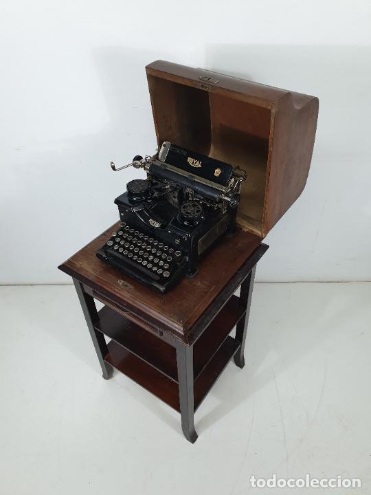 MAQUINA DE ESCRIBIR - MARCA ROYAL - CON TAPA DE MADERA Y MESA - PRINCIPIOS S. XX (Antigüedades - Técnicas - Máquinas de Escribir Antiguas - Royal)