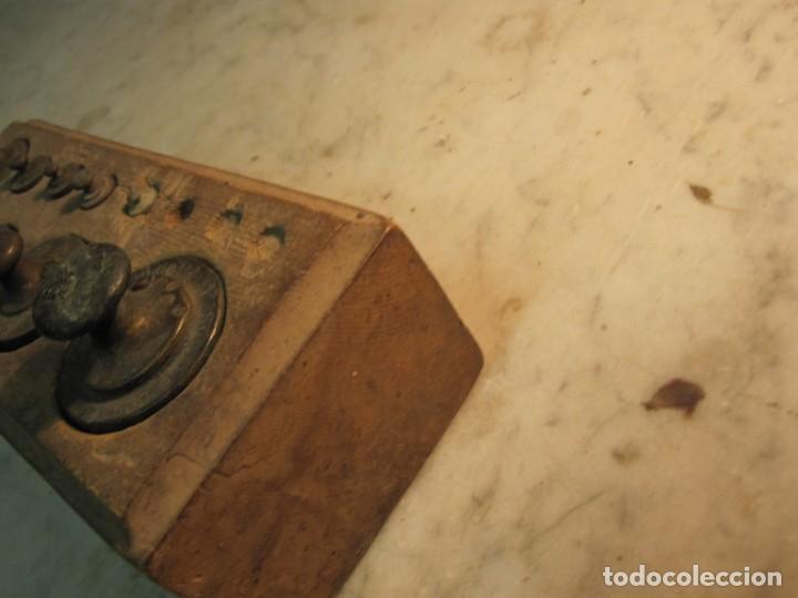 Antigüedades: TACO DE PESAS DE 1/2 KG. EL CUAL LE FALTAN 3 PEQUEÑAS - Foto 3 - 275255208
