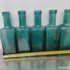 Antiguidades: LOTE 5 BOTELLAS DE FARMACIA CON PICO PARA VACIAR CRISTAL VERDE MEDICINAS JARABE. Lote 290623813