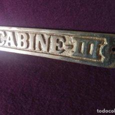 Antigüedades: CHAPA DE BRONCE O LATÓN, CON INSCRIPIÓN -CABINE - III-, UNOS 19 CMS. DE LARGO. Lote 275532413