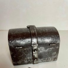 Antigüedades: COFRECILLO GÓTICO EN HIERRO FORJADO, FINALES DEL SIGLO XV. Lote 275643488