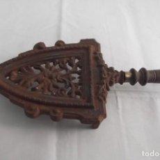 Antigüedades: SOPORTE DE PLANCHA EN HIERRO SIGLO XIX. Lote 275656358