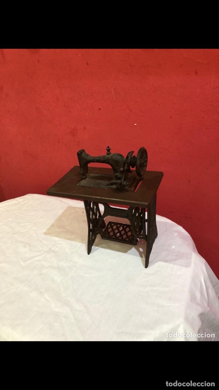 Antigüedades: Miniatura antigua máquina de coser - Foto 2 - 275724783