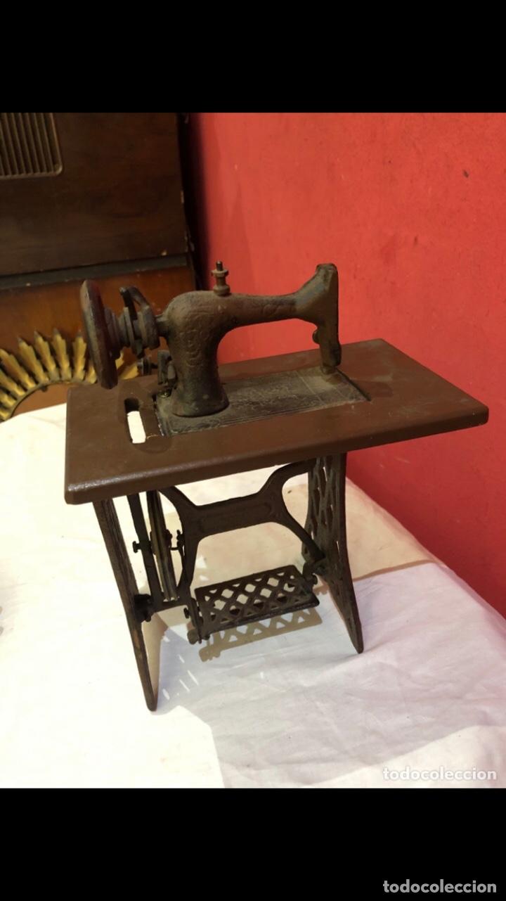 Antigüedades: Miniatura antigua máquina de coser - Foto 10 - 275724783