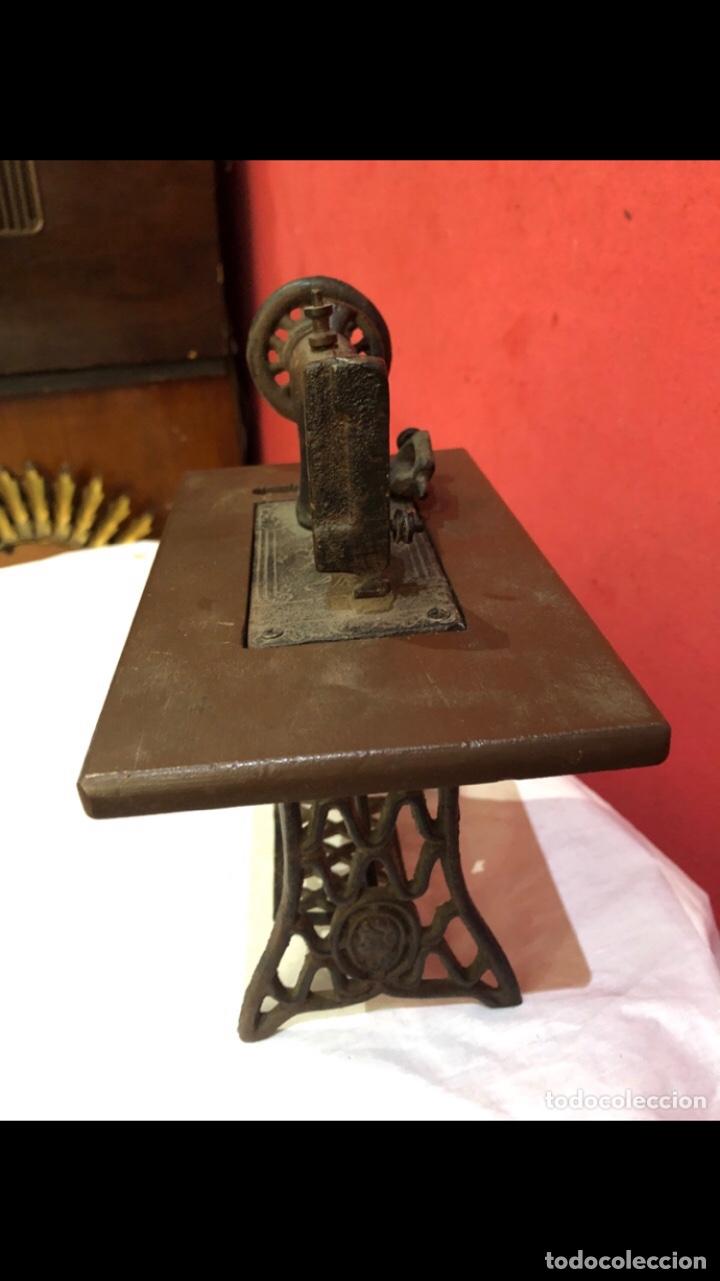 Antigüedades: Miniatura antigua máquina de coser - Foto 11 - 275724783