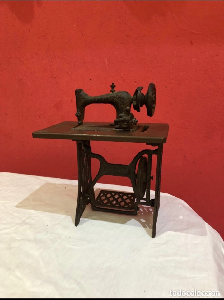 MINIATURA ANTIGUA MÁQUINA DE COSER (Antigüedades - Técnicas - Máquinas de Coser Antiguas - Otras)