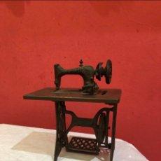 Antigüedades: MINIATURA ANTIGUA MÁQUINA DE COSER. Lote 275724783