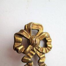 Antigüedades: EMBELLECEDOR DE BRONCE PARA RESTAURAR MUEBLE ANTIGUO – PEQUEÑO LAZO. Lote 275928418