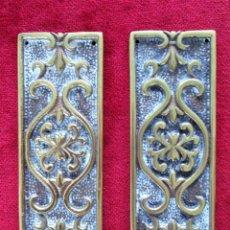 Antigüedades: EMBELLECEDORES DE PUERTA EN BRONCE. Lote 275929568