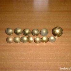 Antigüedades: 13 TACHUELAS DE LATON 3 TAMAÑOS DE 2.4 A 3.8 CM.. Lote 275930098