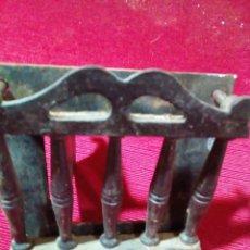 Antigüedades: ANTIGUA MIRILLA DE PUERTA CASTELLANA DE HIERRO CON CIERRE DE TRANCO. Lote 275972793