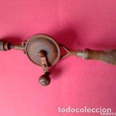 Antigüedades: ANTIGUO TALADRO O BERBIQUI DE HIERRO Y MADERA. Lote 276028588