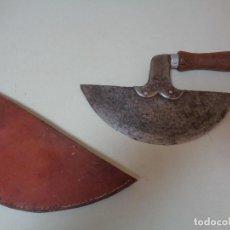 Antigüedades: CUCHILLO CORTADOR DE CUERO PARA GUARNICIONEROS. Lote 276136468