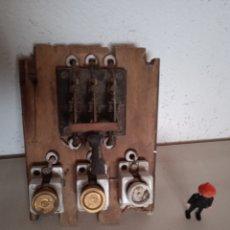 Antigüedades: ANTIGUO CUADRO DE LUZ,CON TRES FUSIBLES. Lote 276365773