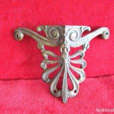Antigüedades: EMBELLECEDOR DE BRONCE EN ESQUINA PARA RESTAURAR MUEBLE. Lote 276400098