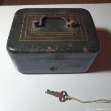 Antigüedades: CAJA DE HIERRO CON SU LLAVE ORIGINAL, FUERTE, CAUDALES, 8 CM × 12 CM × 16 CM, Y 2 KILOS DE PESO.. Lote 276439268
