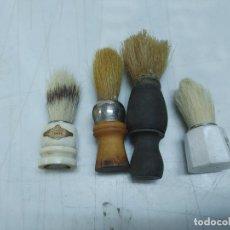 Antigüedades: LOTE 4 BROCHAS DE AFEITAR DE MADERA HUESO Y PLASTICO SANSON, ROYAL Y 2 SIN MARCA. Lote 276544678