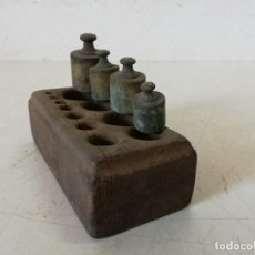 Antigüedades: LOTE DE 4 ANTIGUOS PONDERALES DE BRONCE CON SU ESTUCHE DE MADERA. Lote 276575198