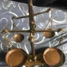 Antigüedades: ANTIGUA BALANZA DOBLE DE BRONCE. Lote 276632603