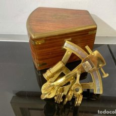 Antiquités: ASTROLABIO SEXTANTE MINI EN CAJA DE MADERA.. Lote 276816293