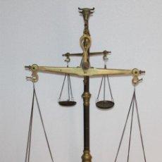 Antigüedades: GRAN BALANZA DOBLE DE CASI 1 METRO EN BRONCE CON CABEZA DE TORO. MARCA MANAUS PORTUGAL. Lote 277120053