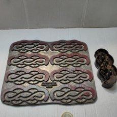 Antigüedades: JUEGO DE ADORNO ANTIGUO CALZADO -MARROQUINERÍA. Lote 277169713
