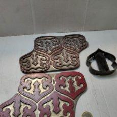 Antigüedades: JUEGO DE ADORNO ANTIGUO CALZADO -MARROQUINERÍA. Lote 277170598