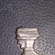 Antigüedades: MUY RARA INSIGNIA DE SOLAPA ANTIGUA MOTOR FUERABORDA EVINRUDE PLATA. Lote 277183878
