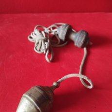 Antigüedades: PLOMADA ANTIGUA DE BRONCE Y MADERA CON SU CUERDA TODO ORIGINAL. Lote 277189078