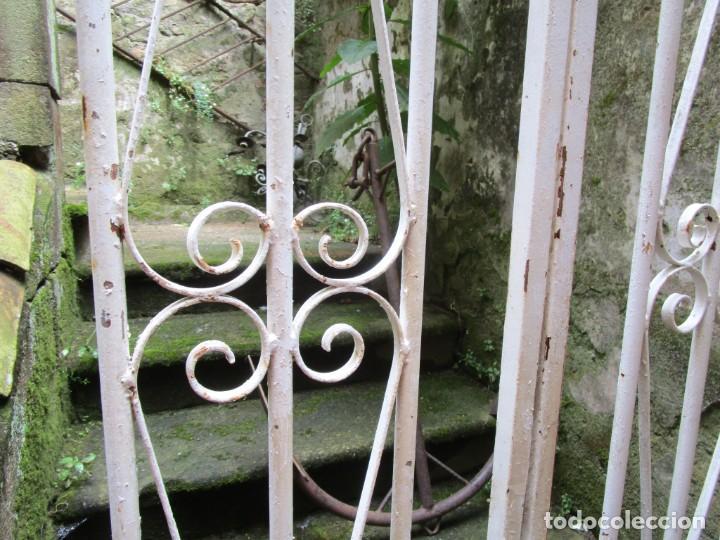 Antigüedades: PUERTA DE LOS AÑOS EN HIERRO Y FORJA MECANICA - 2 HOJAS 231X118CM ABISAGRADAS, AÑOS 80 + INFO - Foto 2 - 277198723
